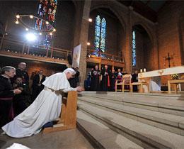 pope-kneels260_tcm4-658763.jpg